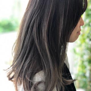 アッシュグレイ ロング バレイヤージュ スウィングレイヤー ヘアスタイルや髪型の写真・画像 ヘアスタイルや髪型の写真・画像