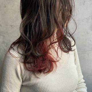 フェミニン ピンクバイオレット インナーカラー くびれカール ヘアスタイルや髪型の写真・画像