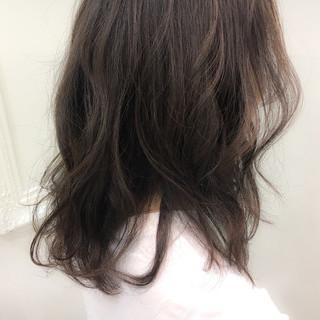 アッシュ ストリート ミディアム グレージュ ヘアスタイルや髪型の写真・画像