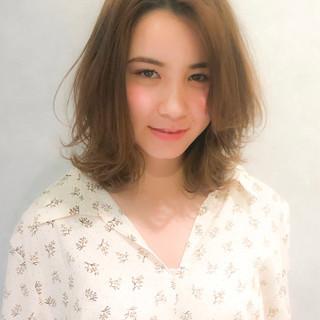 ミルクティーベージュ ミディアム ヘアアレンジ レイヤーカット ヘアスタイルや髪型の写真・画像