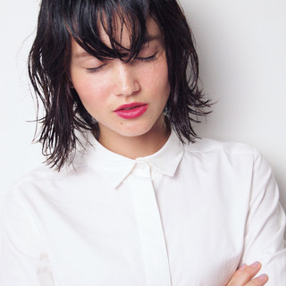 ミディアム 暗髪 ウェットヘア ナチュラル ヘアスタイルや髪型の写真・画像