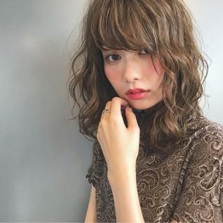 涼しげ 夏 アッシュベージュ ウェーブ ヘアスタイルや髪型の写真・画像