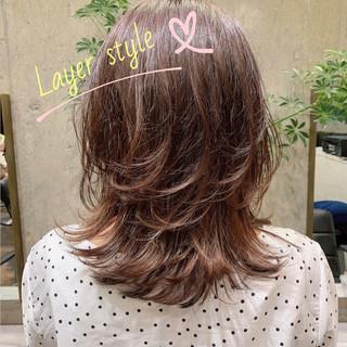 ミディアム レイヤーカット フェミニン ミディアムレイヤー ヘアスタイルや髪型の写真・画像