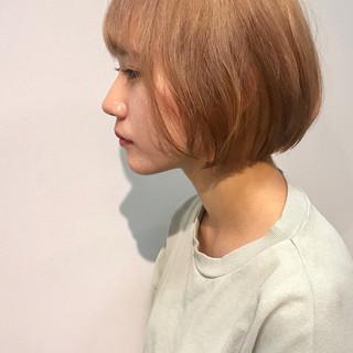 ショートヘア ガーリー 切りっぱなしボブ ナチュラルベージュ ヘアスタイルや髪型の写真・画像