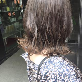 アッシュ グレージュ ミディアム ナチュラル ヘアスタイルや髪型の写真・画像