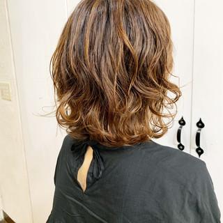 スパイラルパーマ セミロング 抜け感 ナチュラル ヘアスタイルや髪型の写真・画像