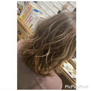 ゆるウェーブ 大人ハイライト 極細ハイライト ミルクティーグレージュ ヘアスタイルや髪型の写真・画像