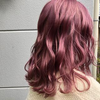 ミディアム ストリート ピンクアッシュ ハイトーンカラー ヘアスタイルや髪型の写真・画像