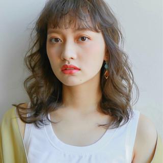 セミロング フリンジバング デート パーマ ヘアスタイルや髪型の写真・画像 ヘアスタイルや髪型の写真・画像