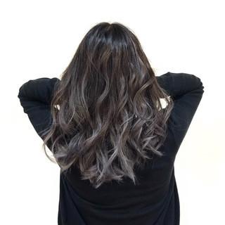 グレージュ フェミニン 透明感 バレイヤージュ ヘアスタイルや髪型の写真・画像