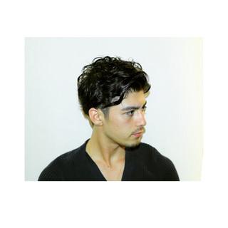 暗髪 ナチュラル パーマ メンズ ヘアスタイルや髪型の写真・画像