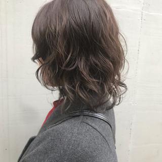 ミディアム ナチュラル ウルフパーマ レイヤー ヘアスタイルや髪型の写真・画像