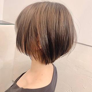 まとまるボブ ショートヘア グレージュ ナチュラル ヘアスタイルや髪型の写真・画像