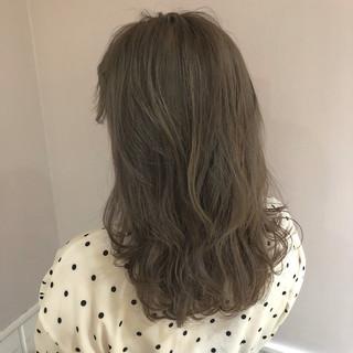 フェミニン アンニュイほつれヘア アッシュグレージュ ミディアム ヘアスタイルや髪型の写真・画像