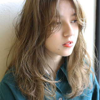 セミロング ウェーブ 透明感 アンニュイ ヘアスタイルや髪型の写真・画像