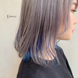 アッシュグレー ホワイトグレージュ インナーブルー 派手髪 ヘアスタイルや髪型の写真・画像
