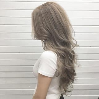 エレガント ロング ミルクティー ホワイトアッシュ ヘアスタイルや髪型の写真・画像