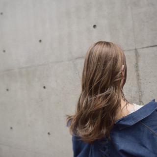 ミルクティーアッシュ ナチュラルベージュ ミルクティーブラウン ハイトーンカラー ヘアスタイルや髪型の写真・画像