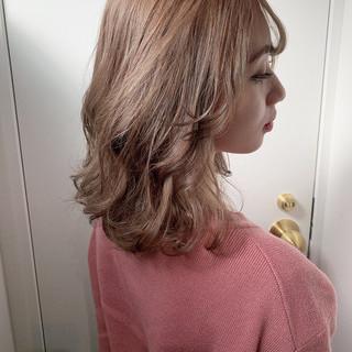 ミディアム 切りっぱなしボブ ナチュラル グレージュ ヘアスタイルや髪型の写真・画像