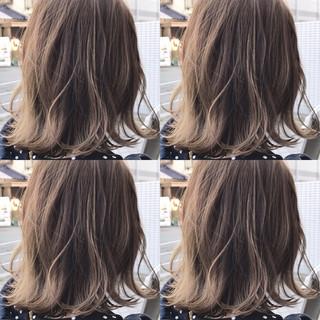 ミディアム ハイライト 外国人風 ウェーブ ヘアスタイルや髪型の写真・画像