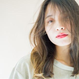 ローライト セミロング 外国人風 ナチュラル ヘアスタイルや髪型の写真・画像