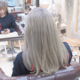 外国人風カラー ハイトーン アッシュベージュ セミロング ヘアスタイルや髪型の写真・画像