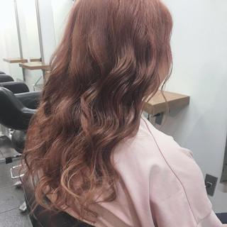 ピンクベージュ ロング ゆるウェーブ フェミニン ヘアスタイルや髪型の写真・画像