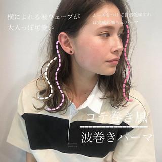 無造作パーマ ミディアムヘアー ナチュラル 波巻き ヘアスタイルや髪型の写真・画像
