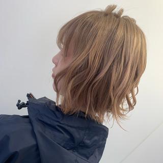 ミディアム ミルクティーベージュ ナチュラル ブリーチ ヘアスタイルや髪型の写真・画像