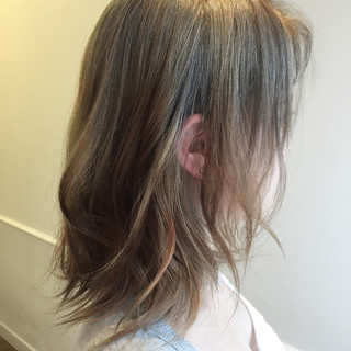 グラデーションカラー ミルクティーベージュ ストリート ミディアム ヘアスタイルや髪型の写真・画像