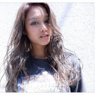 アッシュ 外国人風カラー ストリート 巻き髪 ヘアスタイルや髪型の写真・画像