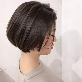 グレージュ ハイライト ボブ オフィス ヘアスタイルや髪型の写真・画像