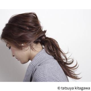 簡単 ローポニーテール ロング アッシュ ヘアスタイルや髪型の写真・画像