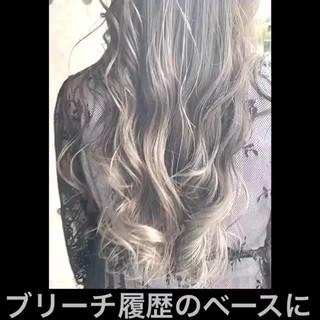セミロング ナチュラル ホワイトグレージュ グラデーションカラー ヘアスタイルや髪型の写真・画像