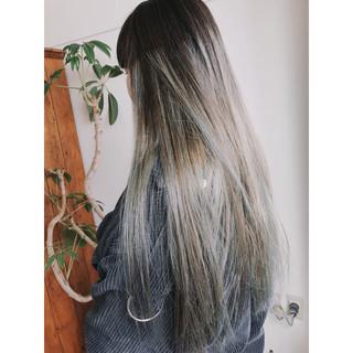 ロング グラデーションカラー イルミナカラー グレージュ ヘアスタイルや髪型の写真・画像