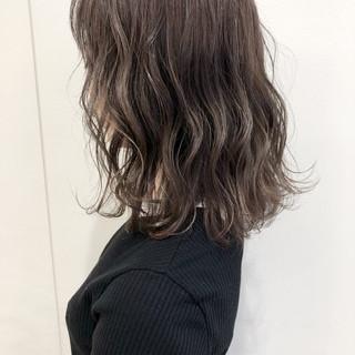 透明感 ミディアム フェミニン ブリーチオンカラー ヘアスタイルや髪型の写真・画像