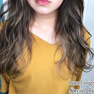 セミロング ハイライト グラデーションカラー ナチュラル ヘアスタイルや髪型の写真・画像