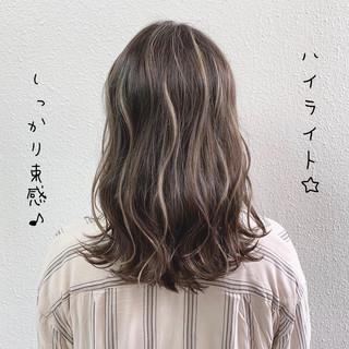 グレージュ ガーリー ブリーチ コントラストハイライト ヘアスタイルや髪型の写真・画像
