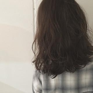 セミロング 抜け感 ストリート ウェーブ ヘアスタイルや髪型の写真・画像