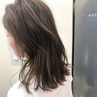 外国人風 ハイライト フェミニン セミロング ヘアスタイルや髪型の写真・画像 ヘアスタイルや髪型の写真・画像