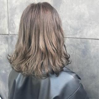 ミディアム ナチュラル ハイトーン ブリーチカラー ヘアスタイルや髪型の写真・画像