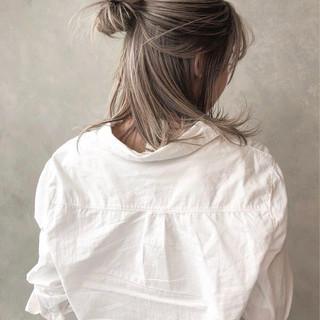 グレージュ アッシュ ストリート ミディアム ヘアスタイルや髪型の写真・画像