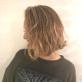 ボブ アンニュイほつれヘア ナチュラル アウトドア ヘアスタイルや髪型の写真・画像