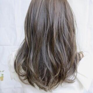 アッシュグレージュ ハイライト バレイヤージュ ストリート ヘアスタイルや髪型の写真・画像