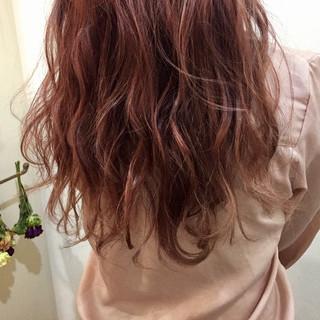 ベリーピンク ピンクアッシュ ロング ナチュラル ヘアスタイルや髪型の写真・画像