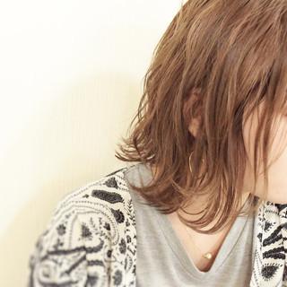 フェミニン ミルクティーベージュ ハイライト 外ハネボブ ヘアスタイルや髪型の写真・画像