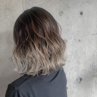 コテ巻き ストリート ヘアアレンジ ミディアム ヘアスタイルや髪型の写真・画像