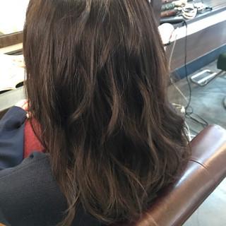 アッシュグレージュ フェミニン ナチュラル 外国人風カラー ヘアスタイルや髪型の写真・画像