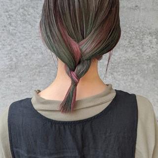 グラデーションカラー ターコイズブルー ワイドバング ナチュラル ヘアスタイルや髪型の写真・画像