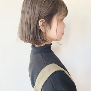 簡単ヘアアレンジ 切りっぱなしボブ ミルクティーグレージュ ナチュラル ヘアスタイルや髪型の写真・画像